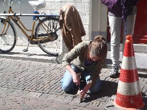 Letter 615 Paula graveert de steen voor Jeroen
