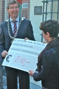 Burgemeester Wolfsen overhandigt de opbrengst aan de Veiling aan de VoorleesExpress
