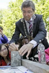 Burgemeester Wolfsen signeert de 'eerste' steen