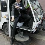Burgemeester Wolfsen stapt uit zijn veegwagen
