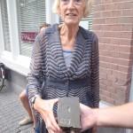 Letter 659: Annie Brouwer houdt de steen die straks in de grond gaat