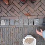 Letter 667 in de straat, mensen eromheen
