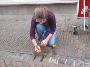 Letter 669 - Paula haalt de steen uit de bestrating