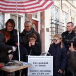 Letter 684 ontstaat, dichter Mark Boog en Dick Pander kijken (foto Nico Arkesteijn)