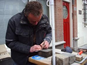 Letter 686 - Marc tekent de letter op de steen