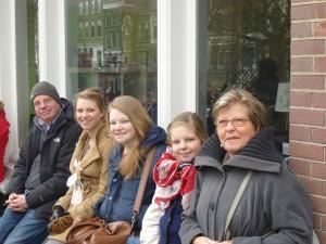 Letter 688 Liv met oma Annemarie, zussen Geertje en Esther en vader Erik