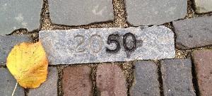 Jaarmarkering 2050 in de bestrating van de Oudegracht