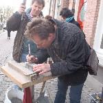 Letter 741 Ruben van Gogh graveert de zijkant van de steen