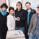 Letter 741 Baban Kirkuki, Els van Stalborch, Mark Boog, Ruben van Gogh en steenhouwer Nico Hogenvorst met de Letter voor Leo Vroman